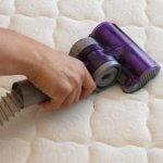 كيف يمكن تنظيف مرتبة السرير بسهولة